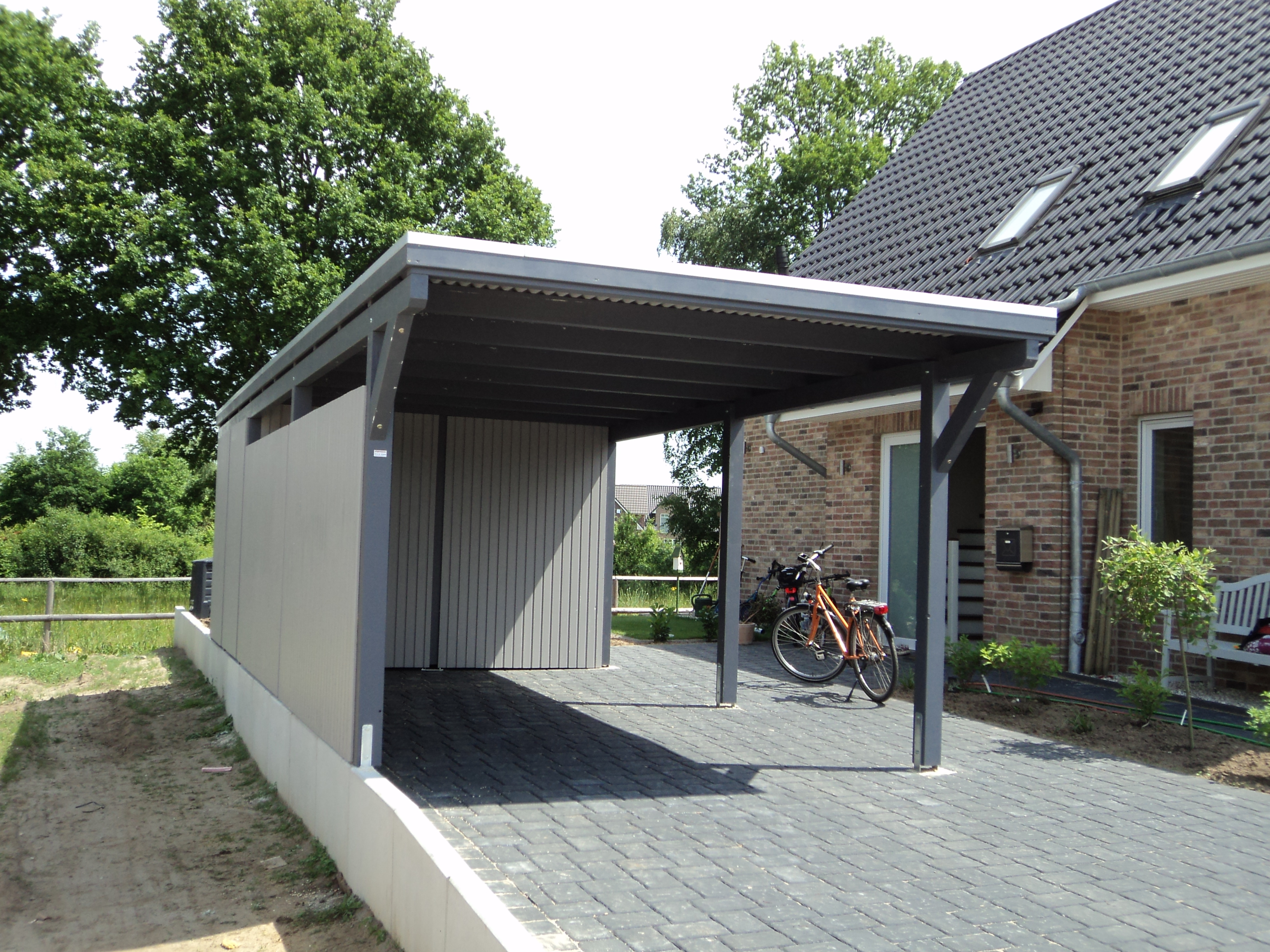 carport mit schuppen carport mit schuppen holzbau frank pl tzer flachdach carport mit schuppen. Black Bedroom Furniture Sets. Home Design Ideas